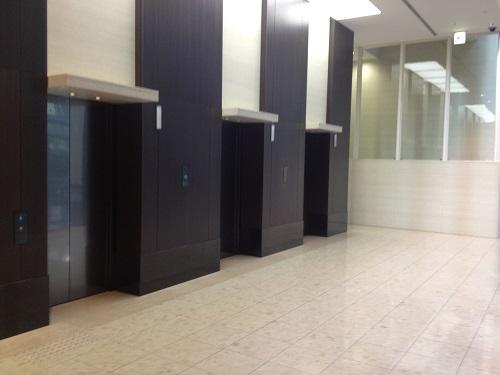 エスカレーターを上がって右手にエレベーターホールがあります。