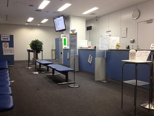 CIC近畿開示相談室のレイアウト。入り口を入って正面に受付カウンターがあります。部屋の奥に個人情報入力用の端末が4台、手数料支払い用の券売機が1台設置されています。