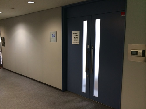 エレベーターを降りて正面にある青色の扉・・・これがCIC北海道支社の入り口になります。
