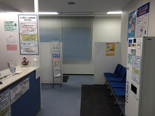 右手側に開示手数料の券売機と待合ベンチ。その奥に2台、開示申請に使う端末機が設置されています。