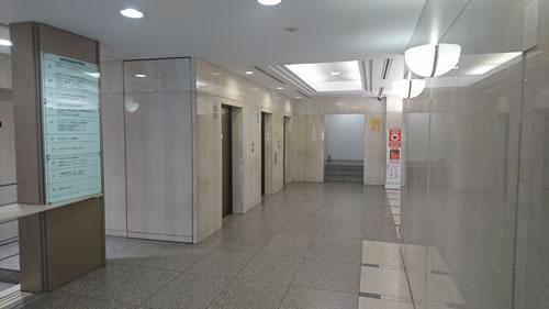 入って左手奥にあるエレベーター