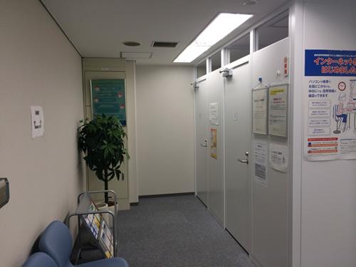 受付左手側に情報を入力するための端末機が設置されている小部屋と待合ベンチがあります。