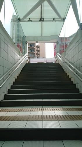 階段をあがって左側に曲がるとCICの九州支社が入居しているメットライフ天神ビルが目の前にあります。