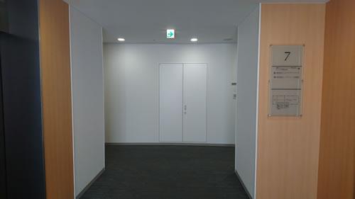 7階で降りて、左側へ曲がればCIC九州支社です。