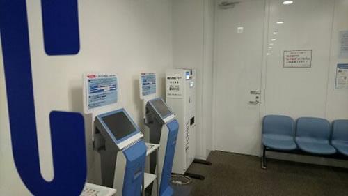 2台の情報開示用端末と券売機があります。