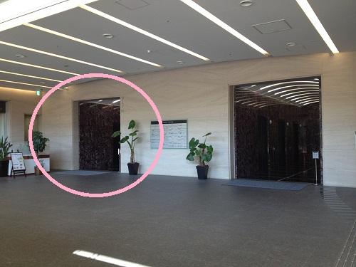 エレベーターは高層階用と低層階用に分かれているので要注意。左側のエレベーターホールを利用してください。